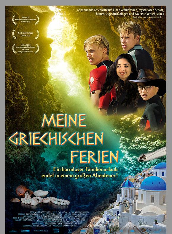 """Das Kinoplakat """"Meine griechischen Ferien"""" zeigt eine lichtdurchflutete Unterwasser-Atmosphäre, einen Perlenschatz, ein kleines griechisches Dorf und die 4 Protagonisten."""