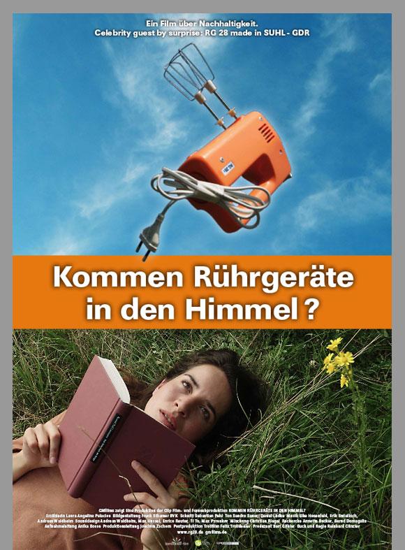 """Das Kinoplakat """"Kommen Rhrgeräte in den Himmel"""" zeigt auf der oberen Hälfte ein oranges, altes Rührgerät, auf der unteren Hälfte eine junge Frau, die im Gras liegt und liest."""