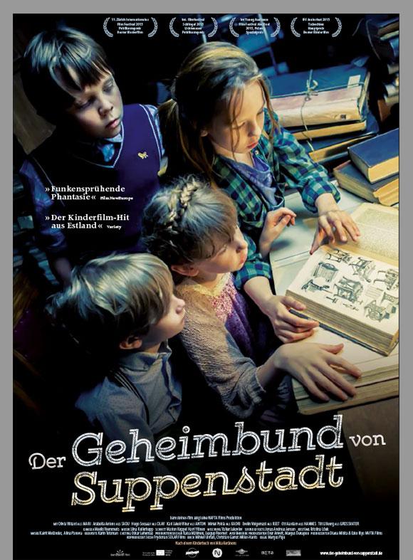 """Das Kinoplakat """"Der geheimbund von Suppenstadt"""" zeigt die vier Kinder, wie sie gebannt in ein altes Zauberbuch kucken."""